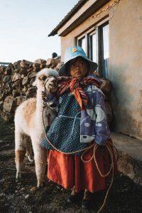 Cucciolo di alpaca con bambina in Messico - foto di Alex Azabache da Pexels