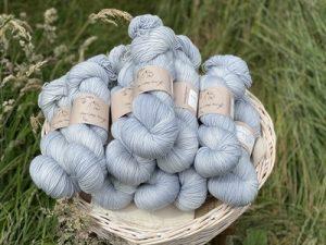 Eden Cottage Yarns Oakworth 4 ply campanula: filato hand dyed in pura lana Polwarth - Amici di Maglia