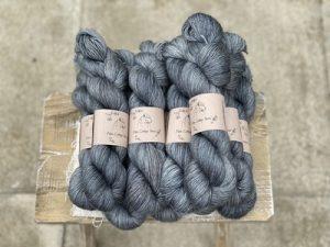 Eden Cottage Yarns Oakworth 4 ply pennine mist: filato hand dyed in pura lana Polwarth - Amici di Maglia