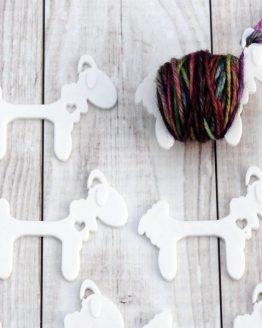 Crafty Flutterby Sensational Sheep bianche grandi: navette per avvolgere il filato in attesa nella lavorazione a più colori a maglia e uncinetto – Amici di Maglia