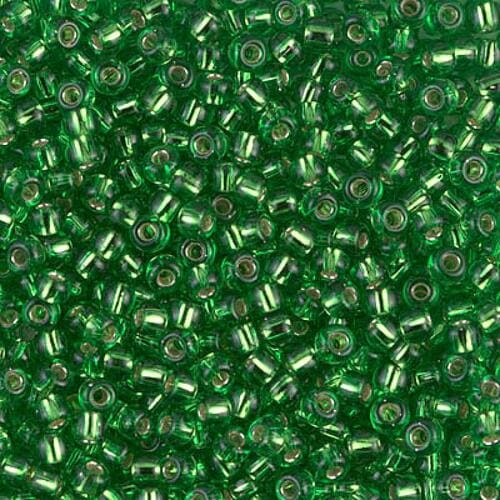 Miyuki Silver Lined Lt. Green 8/0: preziose perline di colore verde placcate in argento all'interno del foro, in vetro giapponese - Amici di Maglia