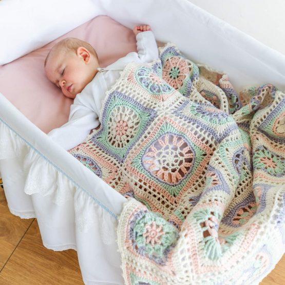 Katia Nana CAL kit per copertina all'uncinetto per neonati: il kit contiene 14 gomitoli del filato Katia Cotton Merino Fine e la brochure informativa - Amici di Maglia