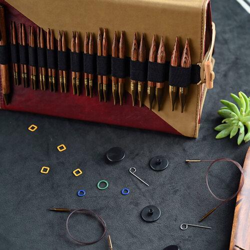 KnitPro Ginger Deluxe Special: dettaglio del set di 11 ferri intercambiabili con punte corte e accessori - Amici di Maglia